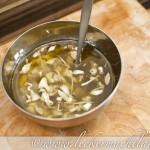 Olivenöl, Knoblauch, Essigessenz und Kräutersalz
