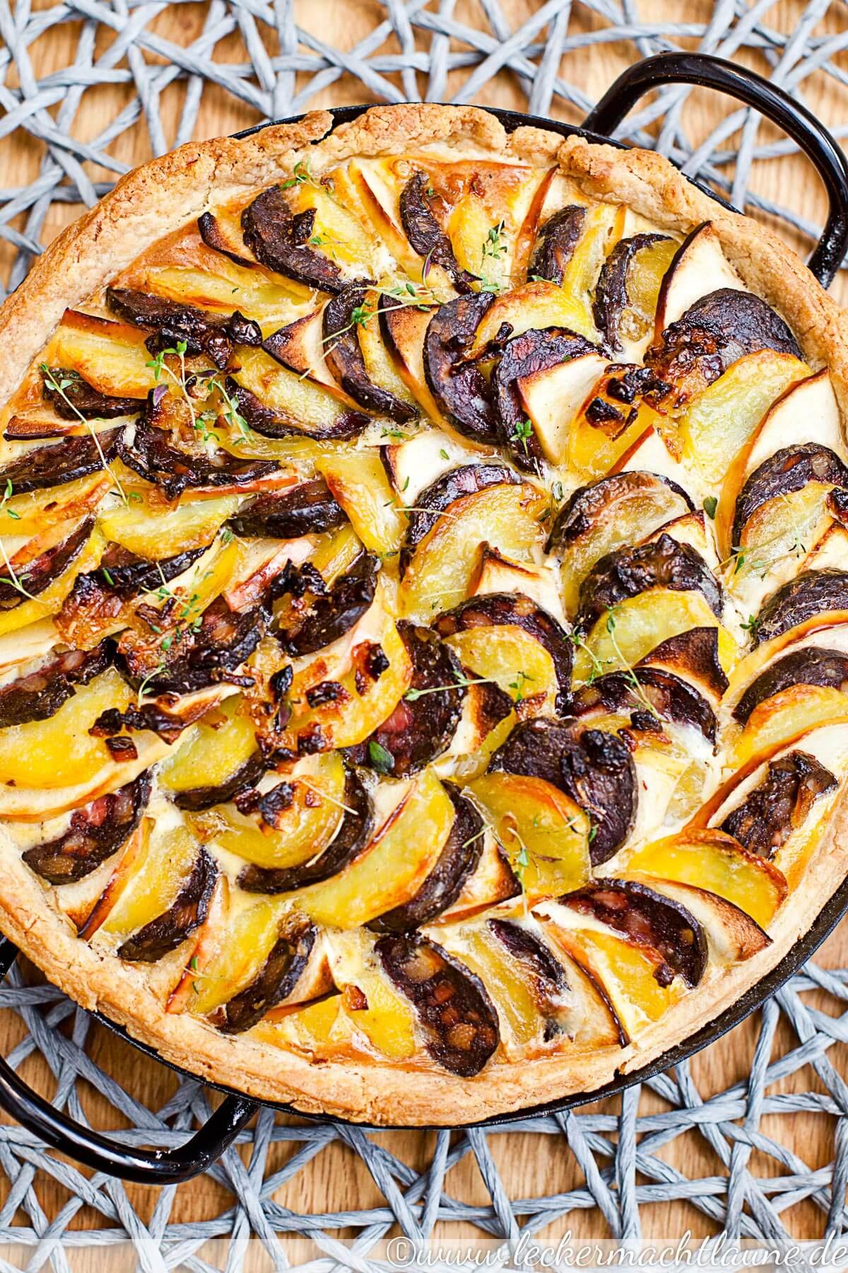 Kartoffel-Tarte mit Apfel und Schwarzwurst