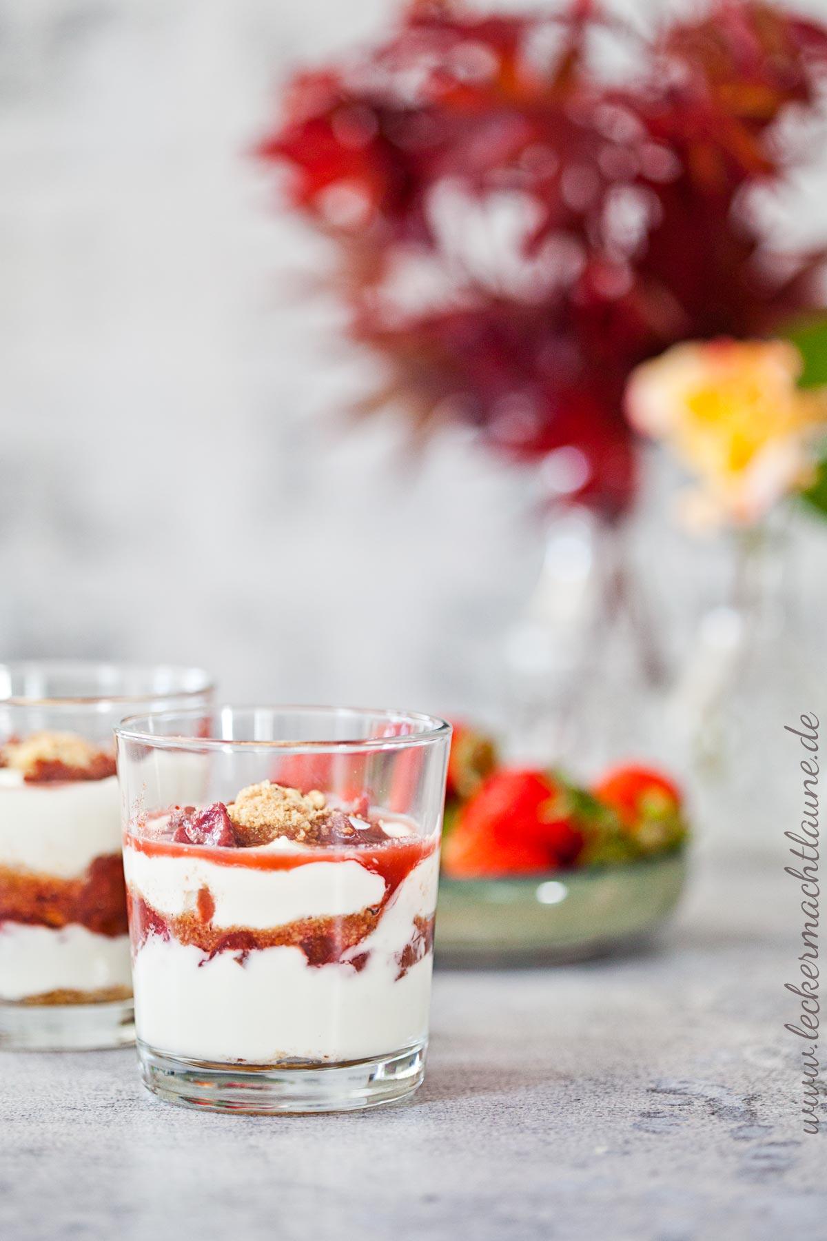 Cremiges Erdbeer Rhabarber Dessert Lecker