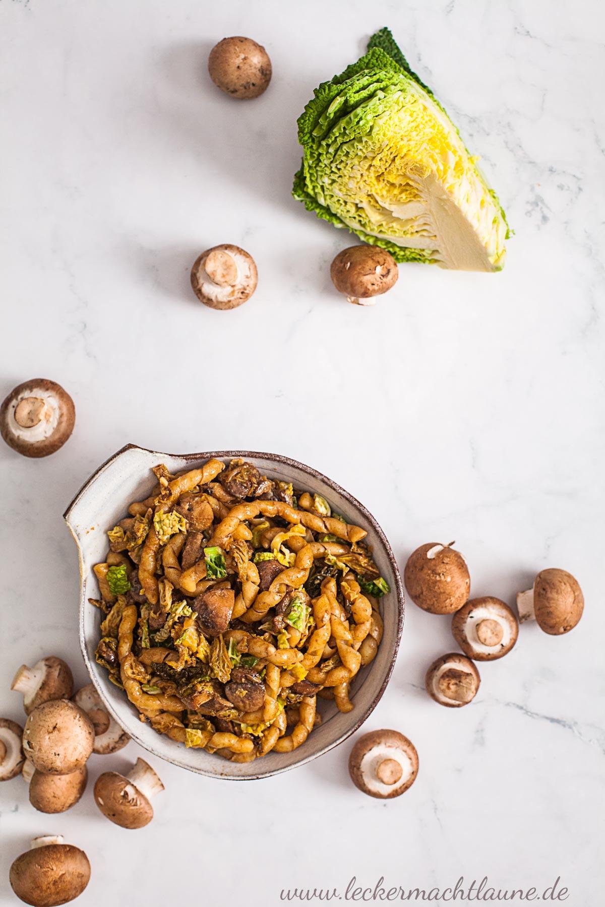 Wirsing-Pilz-Pfanne mit Nudeln | lecker macht laune